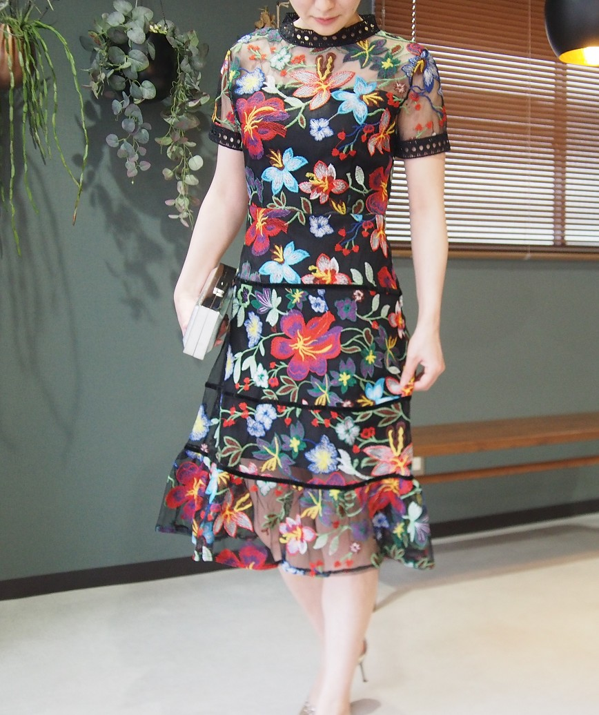 ハイネックデザインフラワーエンブロイダリーショートドレス-ブラック-M