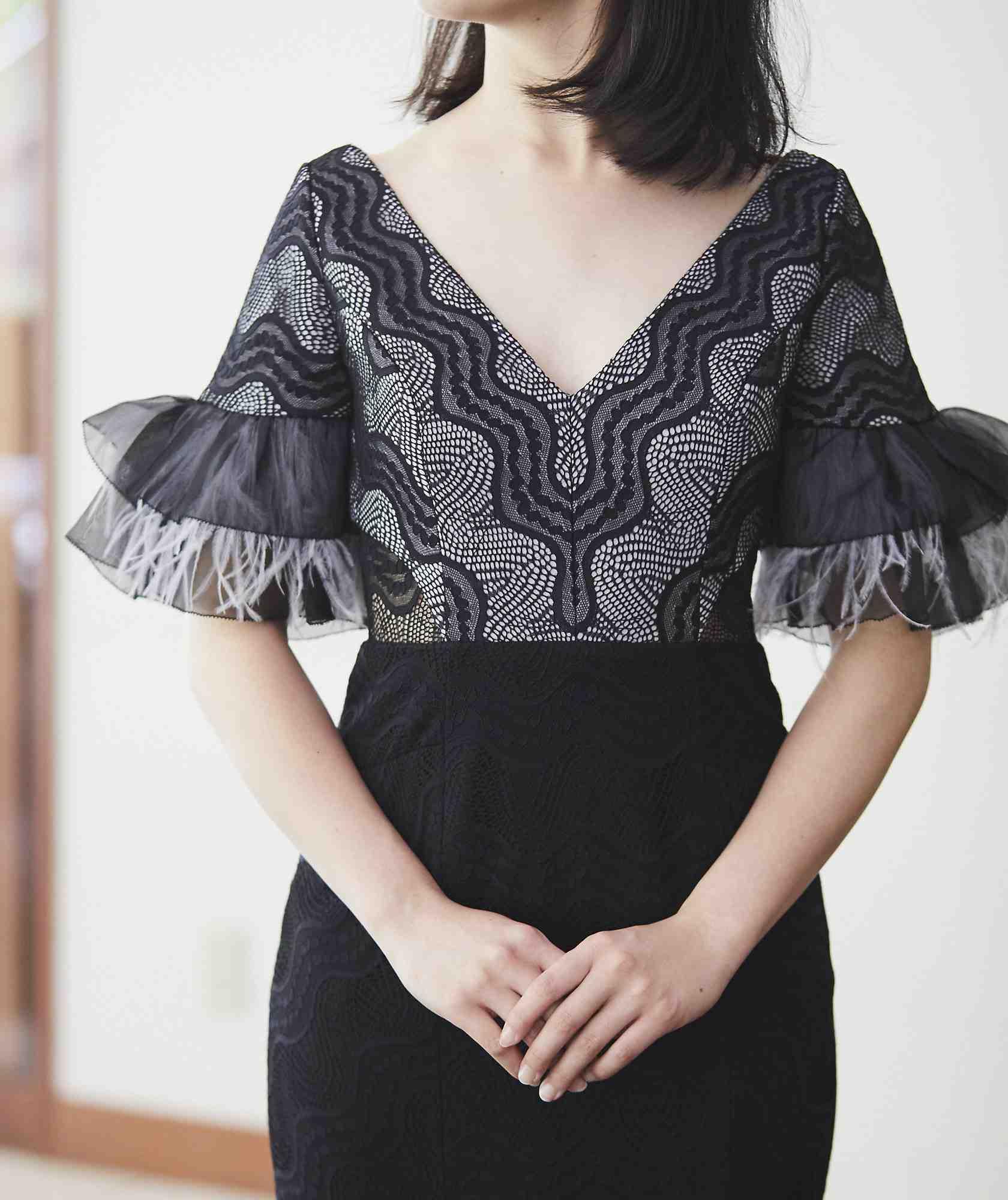 フェザースリーブVネックミディアムドレス-ブラック-XS